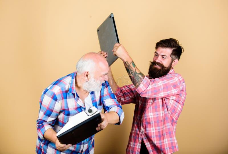 Современная жизнь и обмылки прошлого старого поколения Цифровые технологии Люди работают пишущ приборы Старший человек с стоковое фото rf