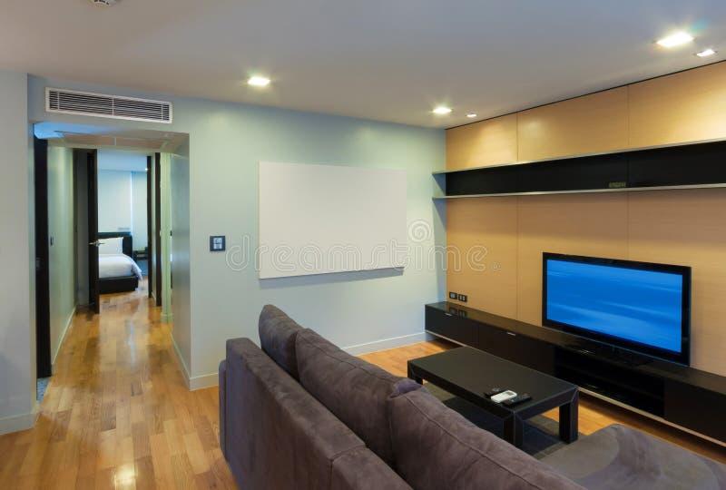 Download Современная жить-комната стоковое изображение. изображение насчитывающей кондоминиум - 33739241