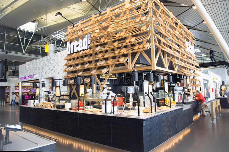 Современная зала авиапорта с интересными кафами и магазинами стоковые изображения