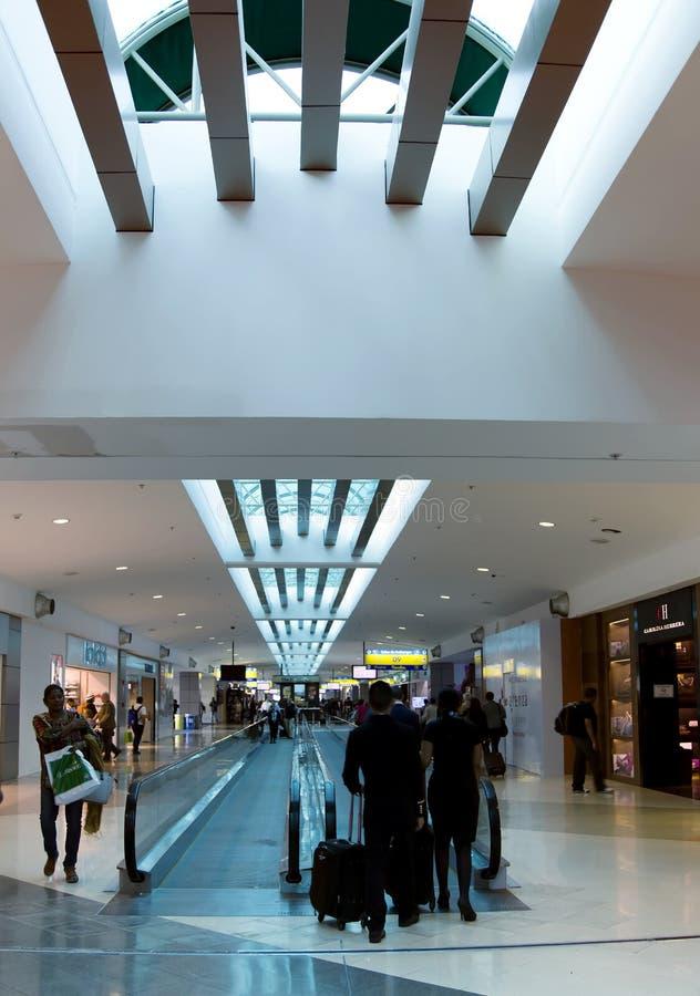 Современная зала авиапорта с пассажирами в Панама (город) стоковые фото