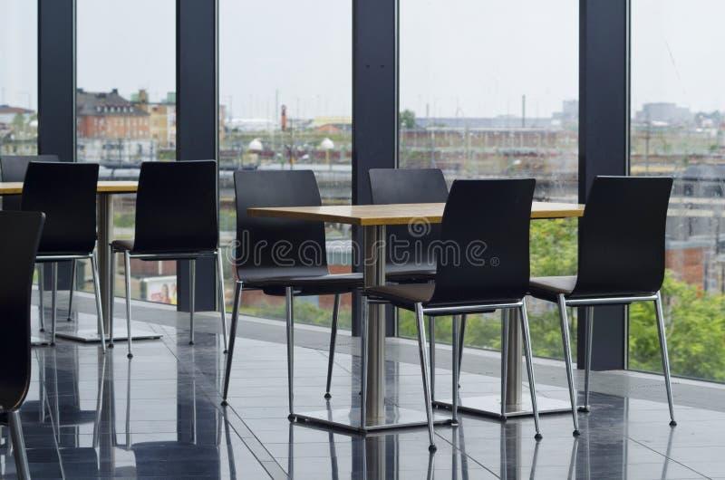 Современная зона отдыха столовой офисного здания стоковая фотография rf