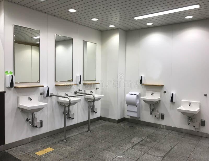 Современная зона таза мытья в комнате отдыха публики Японии стоковые изображения