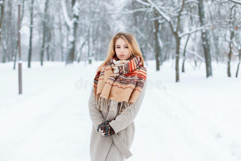 Современная изумительная молодая женщина в outerwear модной зимы винтажном идя outdoors в девушку леса зимы очаровывая стоковые фотографии rf