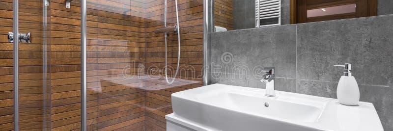 Современная и стильная ванная комната стоковые фото