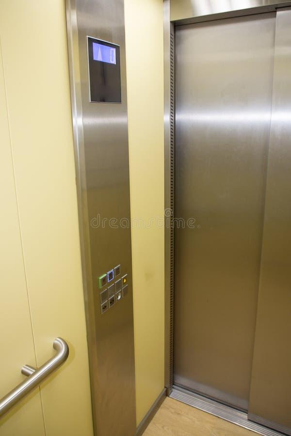 Современная кабина сделанная из ярких сплава и металла с современными кнопками лифта стоковое изображение rf