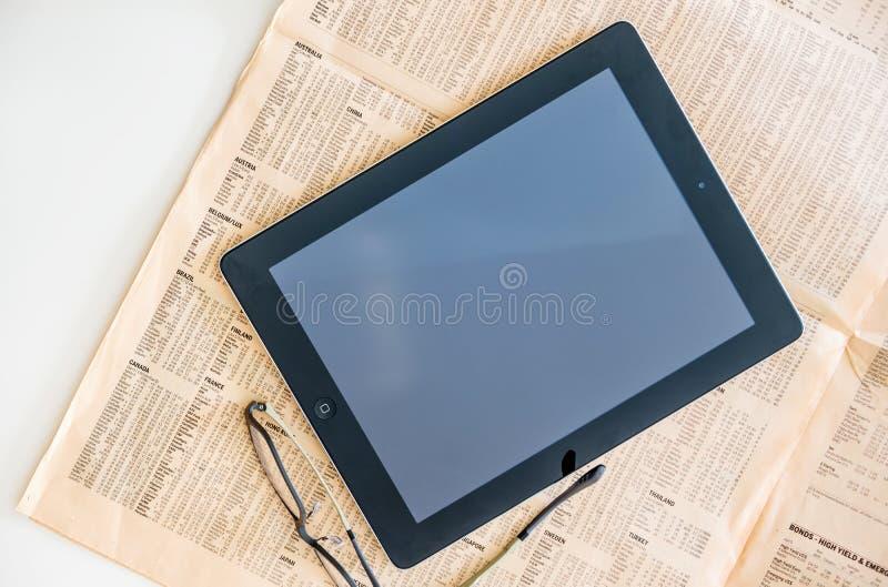 Современная кассета планшета и Файнэншл Таймс iPad стоковое фото