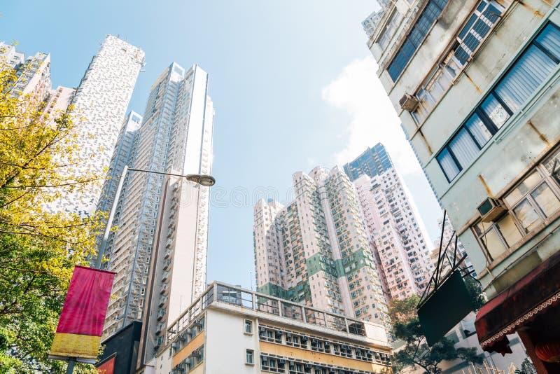 Современная квартира и старый взгляд низкого угла зданий в Soho, Гонконге стоковое изображение rf