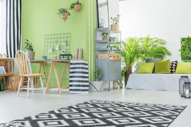 Современная комната с зеленой стеной стоковая фотография