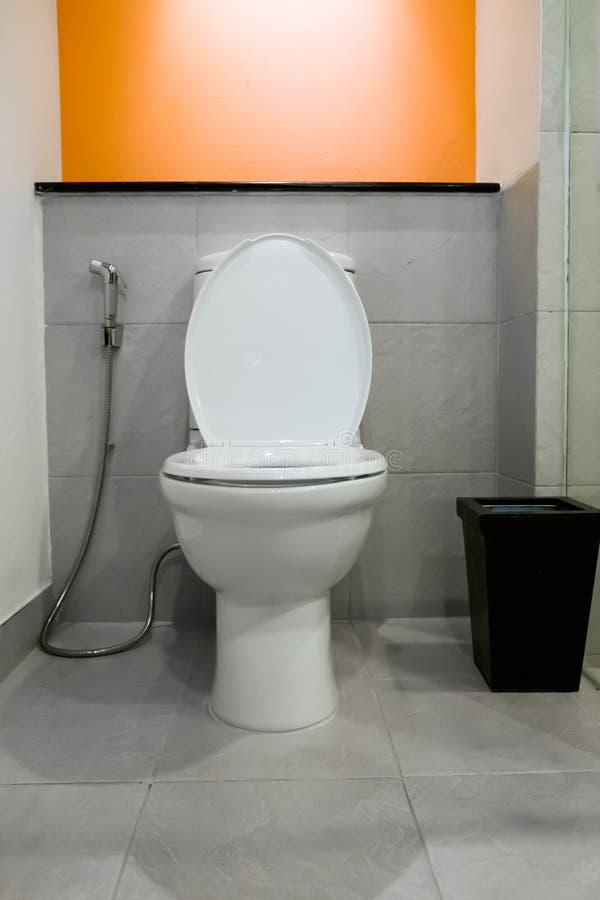 Современная комната туалета стоковое фото