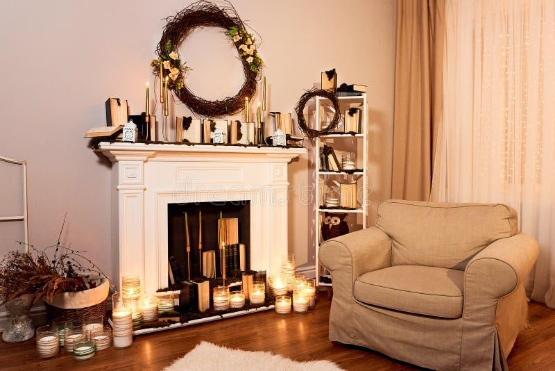 Современная конструированная просторная живущая комната с украшениями осени стоковое изображение rf