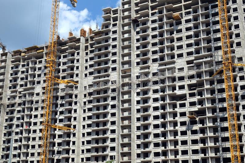 Современная конструкция жилого дома в процессе стоковое фото