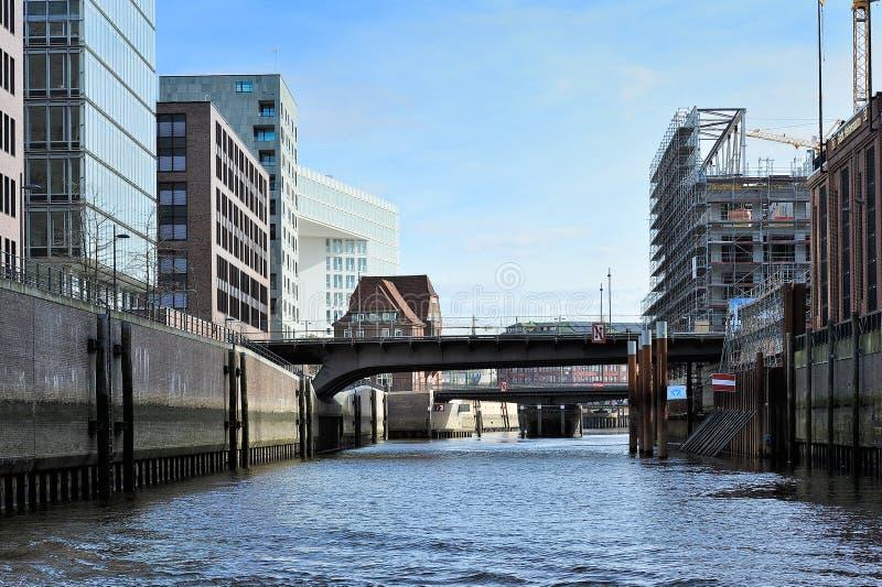 Современная конструкция на канале, Гамбурге, Германии стоковая фотография