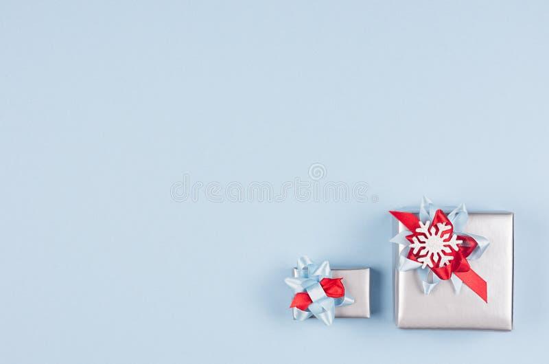 Современная красочная минималистская предпосылка рождества с космосом экземпляра - пастельными голубыми, красными и серебряными м стоковая фотография
