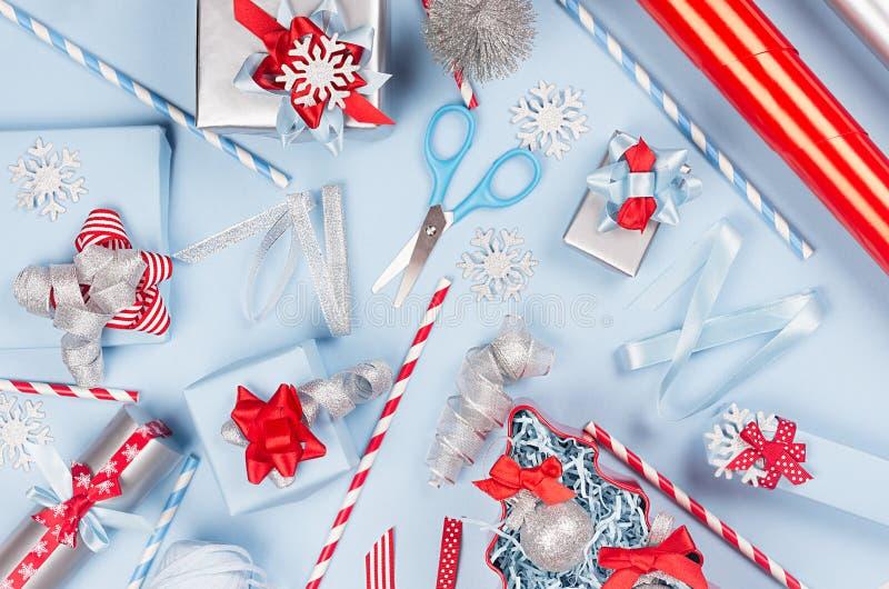 Современная красочная предпосылка рождества - пастельные голубые, красные и серебряные металлические подарочные коробки с лентами стоковая фотография