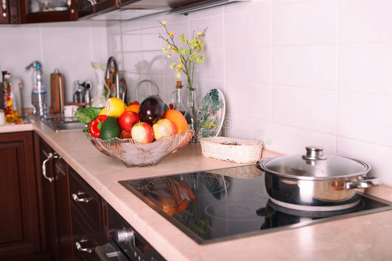 Современная кухня в светлой квартире стоковое фото rf