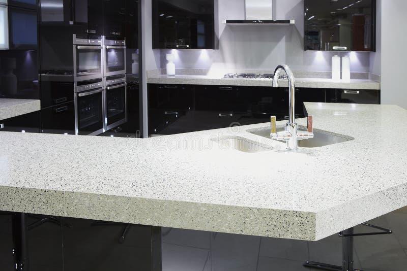 Современная кухня роскоши верхнего сегмента стоковое изображение