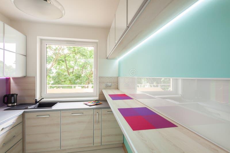 Современная кухня с неоновым освещением стоковая фотография
