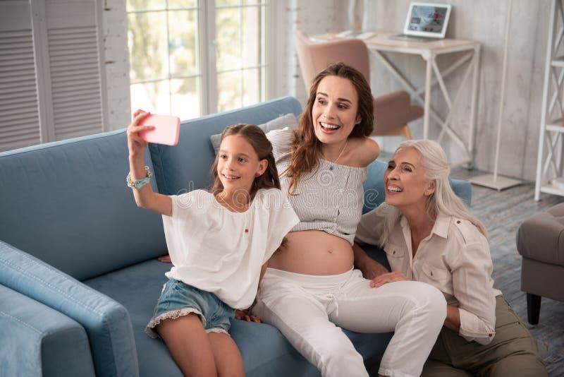 Современная маленькая девочка делая selfie с матерью и бабушкой стоковая фотография rf