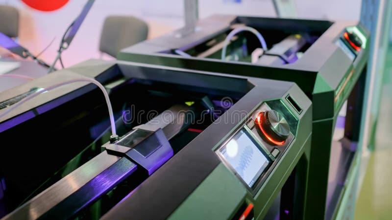 Современная машина принтера 3D печатая пластиковую модель стоковое фото