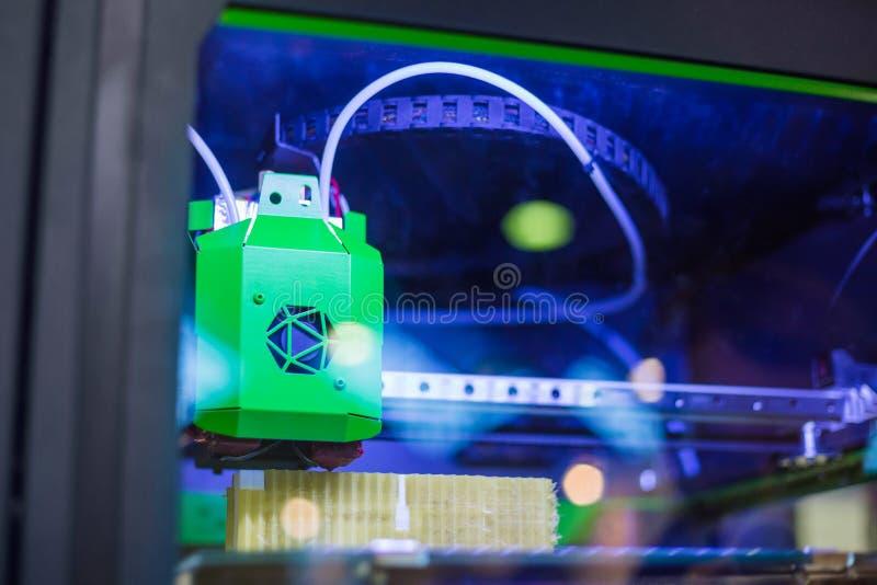 Современная машина принтера 3D печатая пластиковую модель стоковая фотография rf