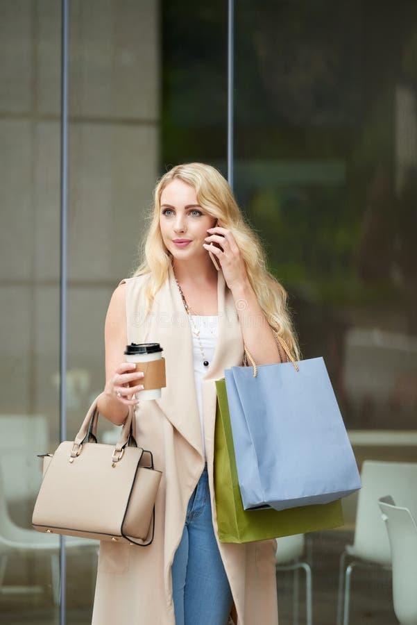 Современная маленькая девочка говоря телефоном Outdoors стоковое фото
