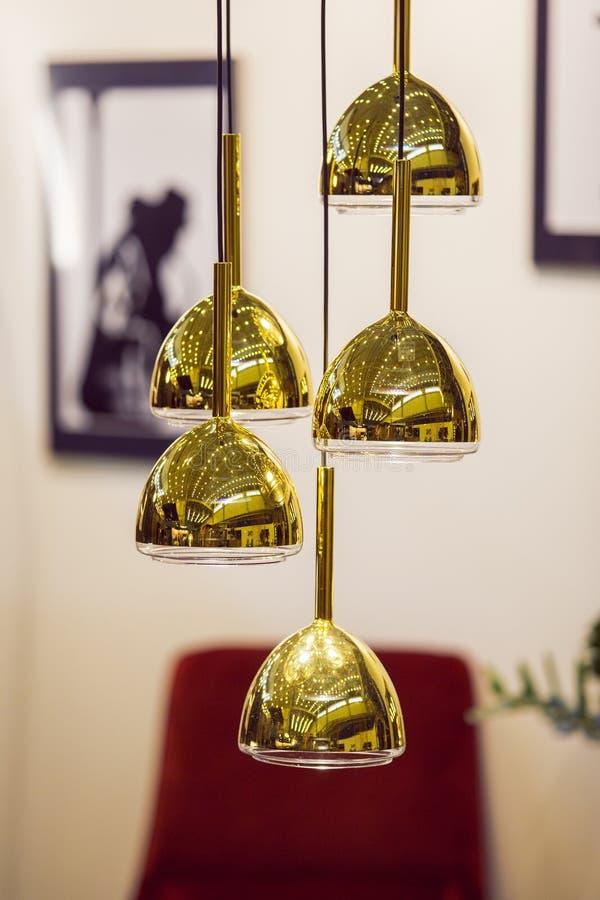 Современная модернизированная люстра зеркала круглая золотая Шкентель тени золота металла пузыря стоковые изображения
