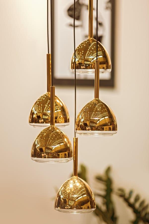 Современная модернизированная люстра зеркала круглая золотая Шкентель тени золота металла пузыря стоковое фото rf