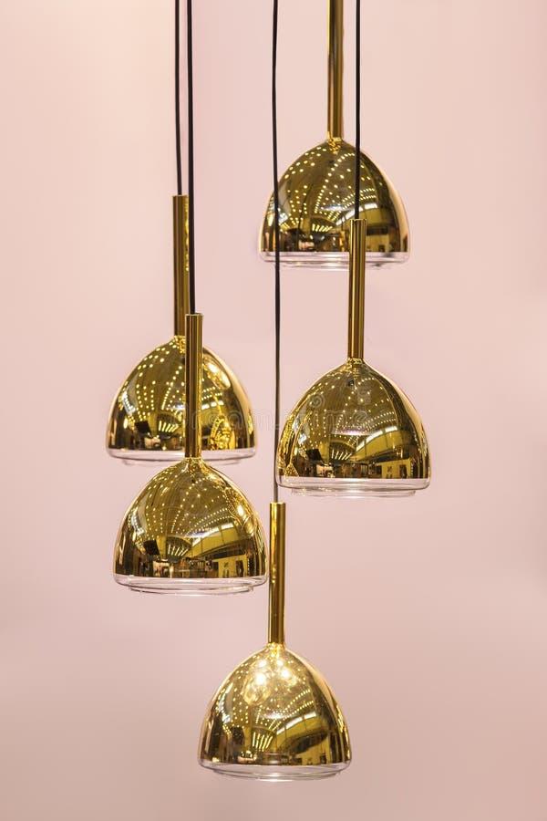 Современная модернизированная люстра зеркала овальная медная Шкентель тени золота металла пузыря стоковые изображения