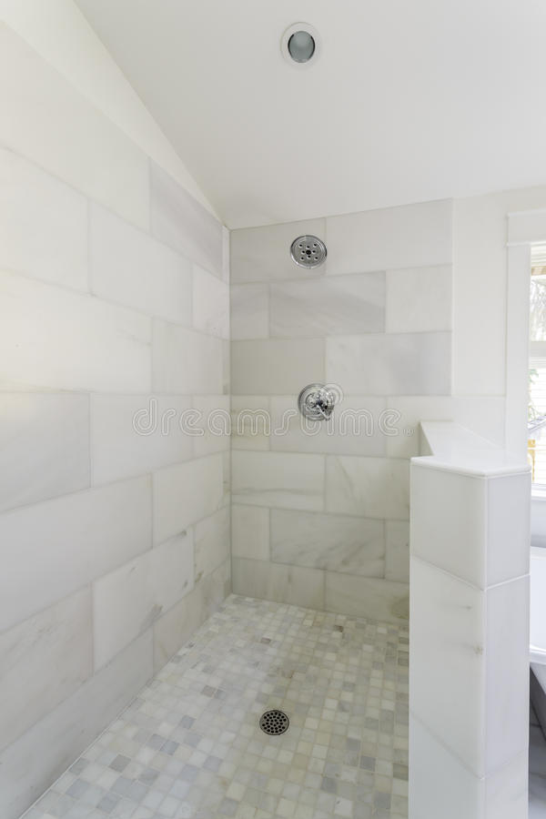 Современная мраморная душевая кабина плитки стоковое изображение rf