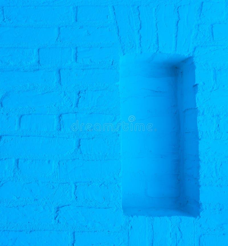 Современная неоновая голубая покрашенная предпосылка текстуры кирпичной стены с пустым отверстием рамок стоковое фото rf