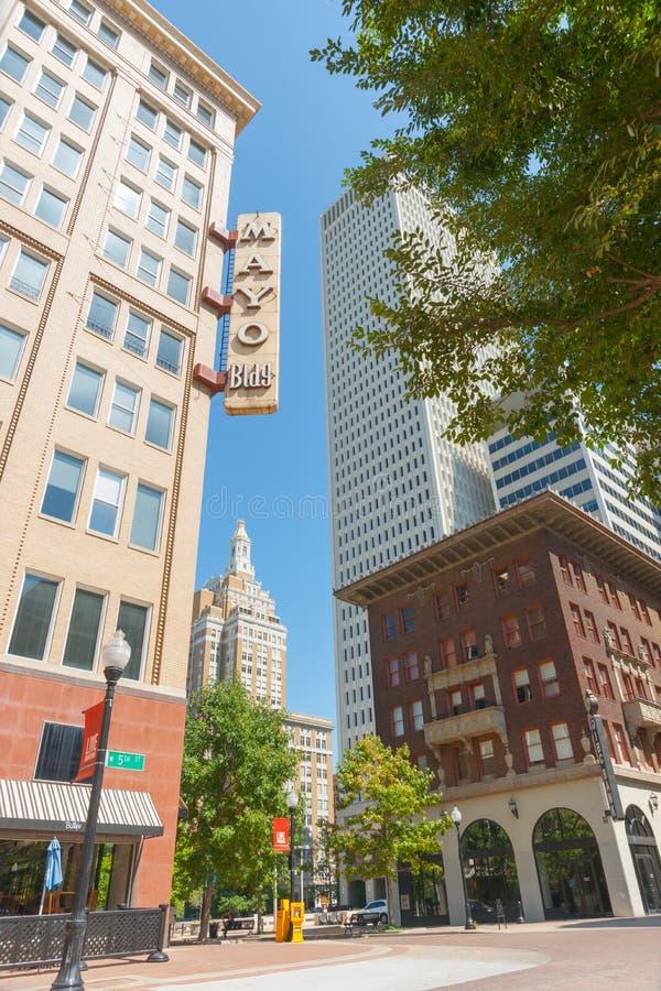 Современная недвижимость высотного здания в центре города Tulsa включая Mayo стоковая фотография