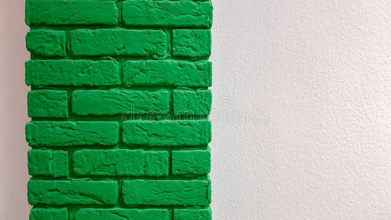Современная новая плоскорозовая стена с декоративной кирпичной колонной, окрашенной в зеленый цвет Абстрактный современный модный стоковые фотографии rf