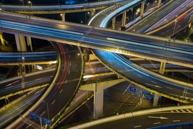Современная дорога городского транспорта на ноче Транспортная развязка стоковое фото rf