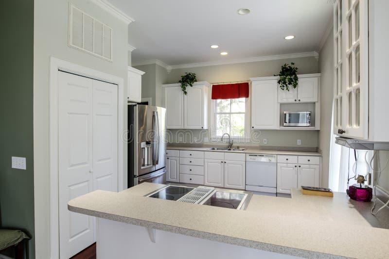 Современная открытая кухня концепции стоковое фото rf