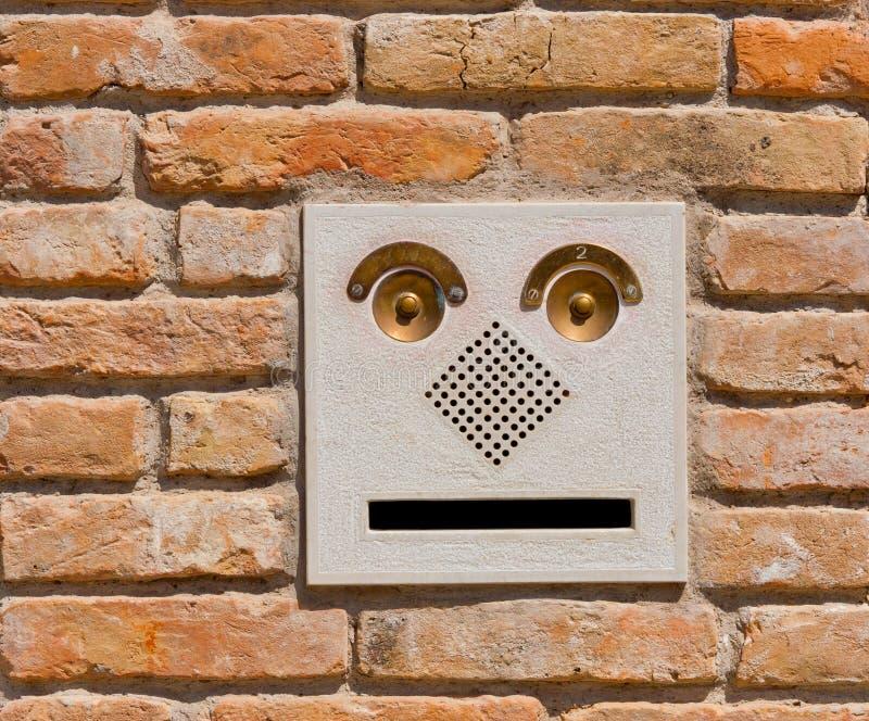 Современная панель дверного звонока внутренной связи на старом кирпиче wal стоковые фотографии rf