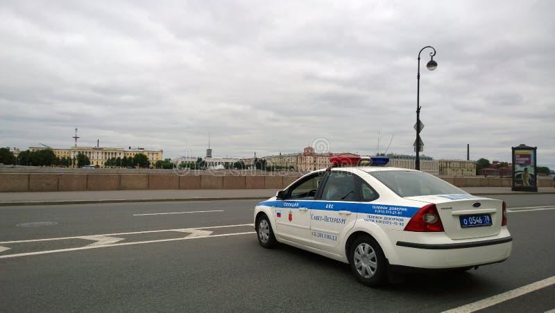 Современная полицейская машина преградила дорогу на обваловке Санкт-Петербурга во время спортивных соревнований стоковые фото