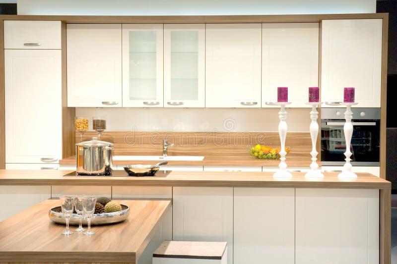 Современная приспособленная кухня стоковое изображение