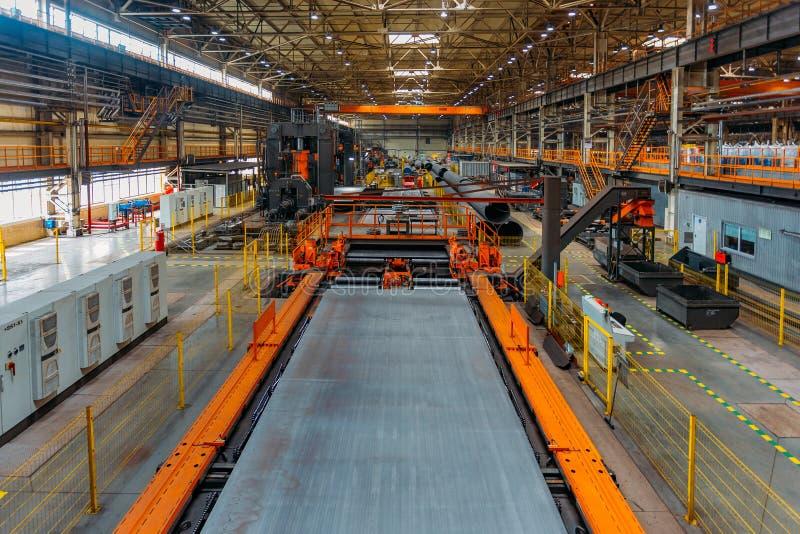 Современная производственная линия фабрики трубы шва стоковое изображение