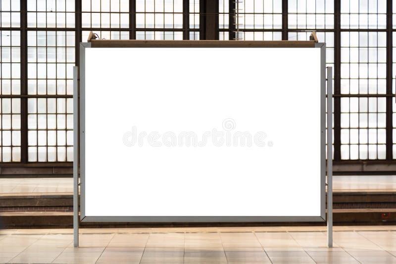 Современная пустая пустая рекламируя афиша на железнодорожной станции Модель-макет для вашего рекламируя проекта стоковое фото rf