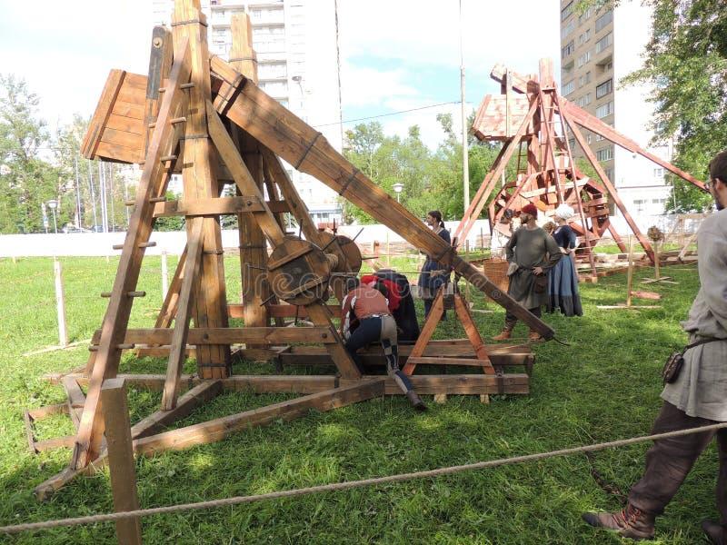 Современная реконструкция Trebuchet на историческом фестивале в старом Simonovo стоковое изображение rf