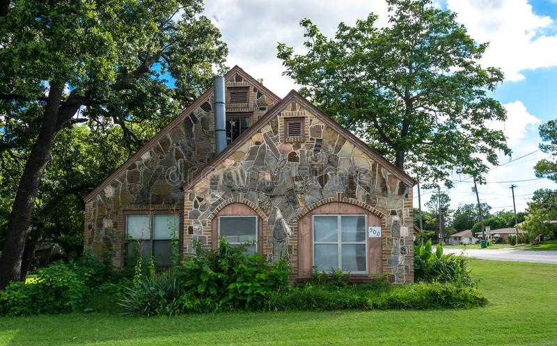 Современная сельская жизнь в Техасе Старые коттедж и сад стоковые изображения