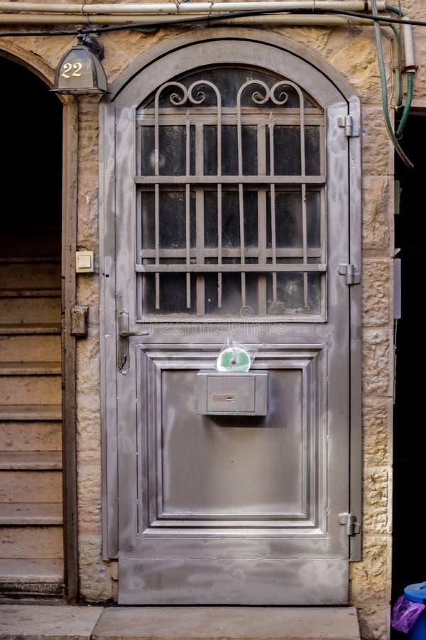 Современная серая дверь металла openwork с пиками красивая винтажная предпосылка стоковые изображения