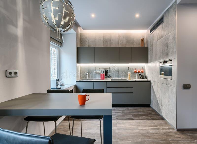 Современная серая квартира-студия стоковое изображение rf
