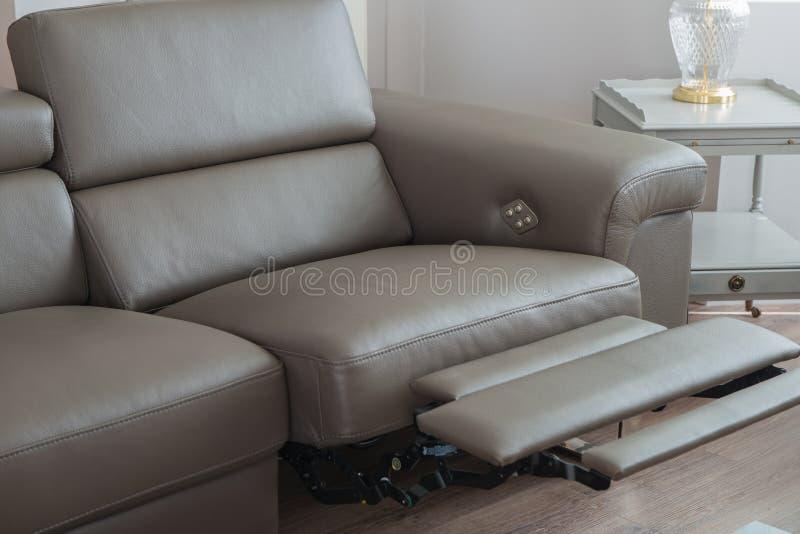 Современная серая кожаная софа, с recliner в открытой вакансии стоковое фото