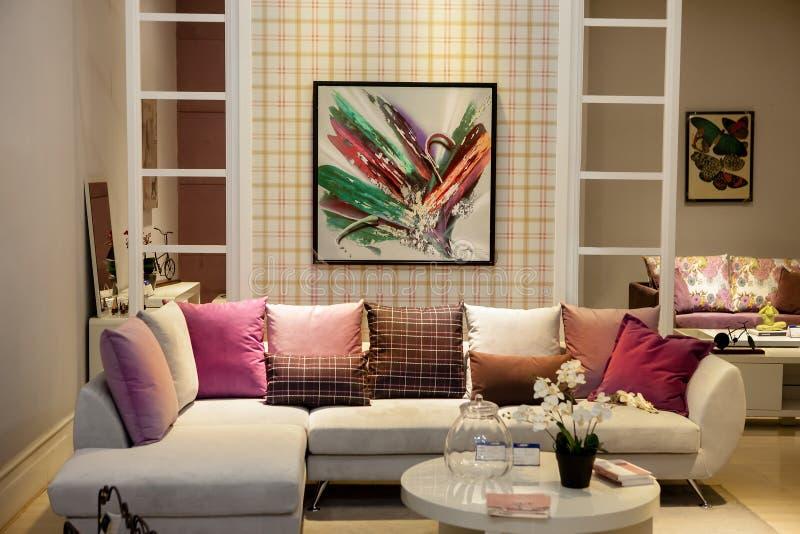 Современная сжатая живущая комната стоковое фото rf