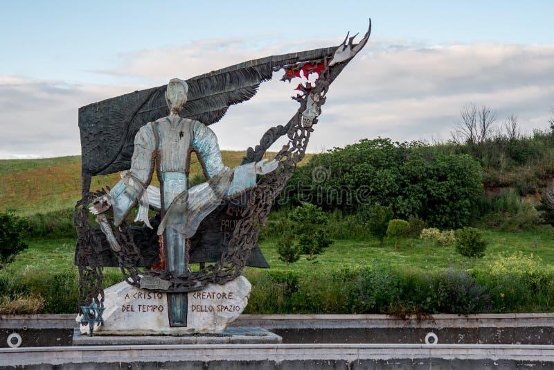 Современная скульптура за пределами Убежища Богоматери Божественной любви, Мадонна дель Дивино Амор, Рим, Италия стоковые изображения