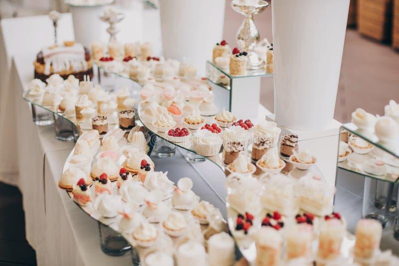 Современная сладостная таблица на торжестве стильный шоколадный батончик с delici стоковое изображение