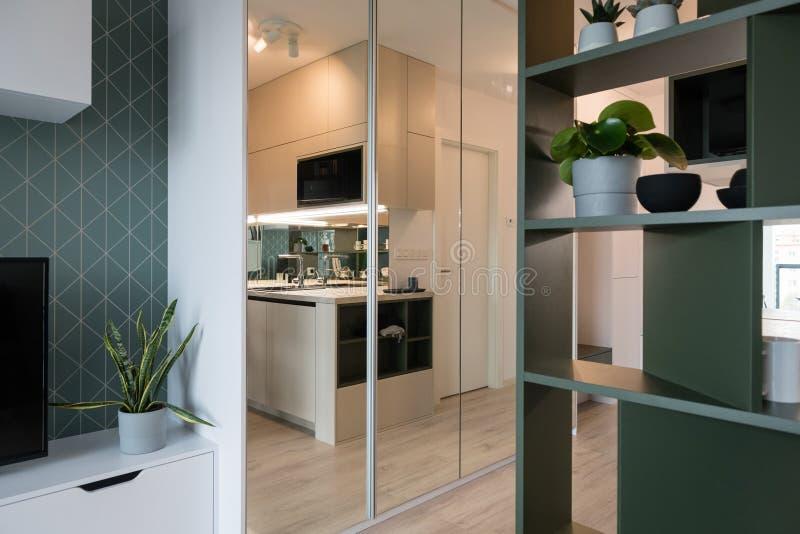 Современная стильная квартира стоковая фотография