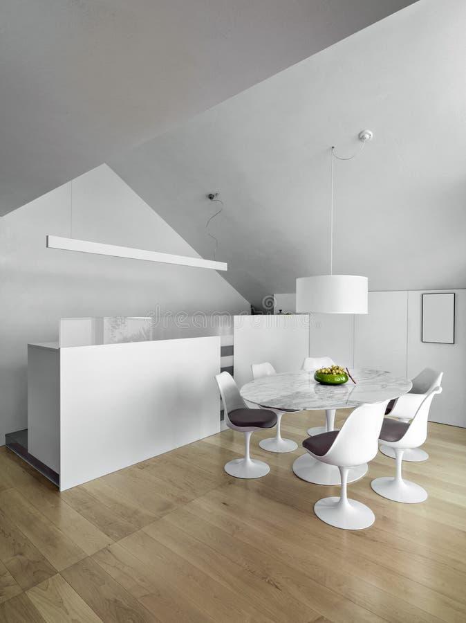 Современная столовая близко к кухне стоковые фото