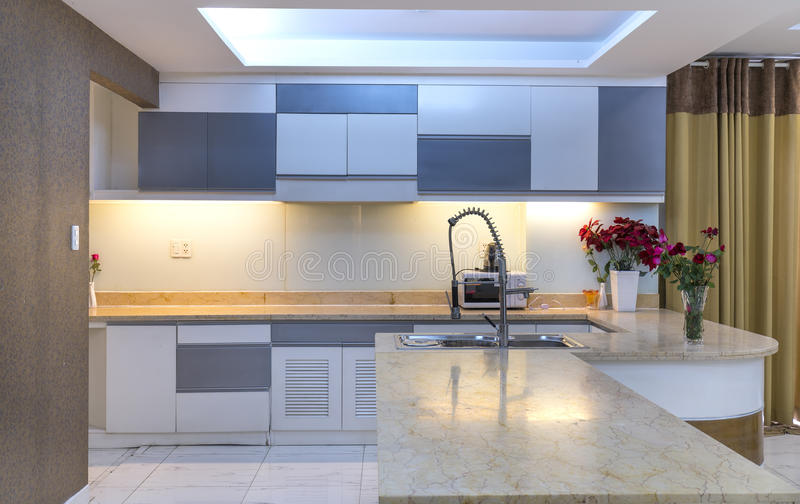 Современная столовая, кухня в роскошных квартирах стоковое изображение